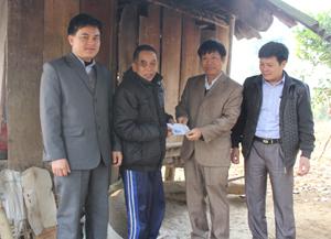 Lãnh đạo huyện Tân Lạc tặng quà cho thương binh nặng xã Quy Mỹ.