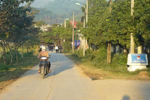 Hệ thống đường giao thông nông thôn xã Dân Chủ (thành phố Hòa Bình) được xây dựng kiên cố thuận lợi cho nhân dân đi lại, giao lưu hàng hóa.