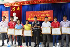 VĐV Nguyễn Văn Thượng (đứng thứ 3 từ phải qua) nhiều lần nhận được giấy khen của Sở VH - TT & DL.