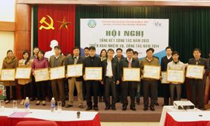 Đại diện BQL các dự án lâm nghiệp T.Ư tặng giấy khen cho 4 tập thể, 24 cá nhân hoàn thành tốt nhiệm vụ năm 2013.