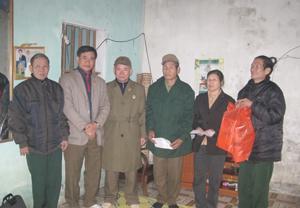 Lãnh đạo Hội Truyền thống Trường Sơn đường Hồ Chí Minh trao quà cho các hội viên nghèo xã Dân Hòa ( Kỳ Sơn).