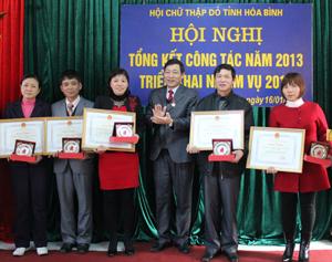 Đồng chí Bùi Văn Cửu, Phó chủ tịch UBND tỉnh, Trưởng Ban Chỉ đạo vận động HMTN tỉnh trao bằng khen cho các đơn vị có nhiều thành tích trong công tác cứu trợ nhân đạo.