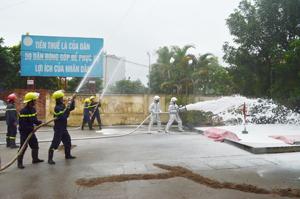 Lực lượng Cảnh sát PCCC và CHCN (Công an tỉnh) sử dụng phương tiện chữa cháy chuyên dụng thực hành chữa cháy xăng - dầu tại cửa hàng bán xăng dầu số 12, phường Hữu Nghị (TPHB).