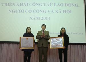 Thừa uỷ quyền của Thủ tướng Chính phủ, đồng chí Bùi Văn Cửu, Phó Chủ tịch UBND tỉnh trao bằng khen của Chính phủ cho 2 cá nhân thuộc ngành.