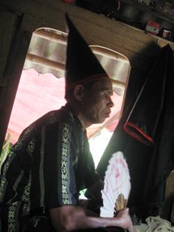 Ông mo ở huyện Tân Lạc và cách làm lễ  được cán bộ Sở VH-TT&DL ghi lại để bảo tồn.