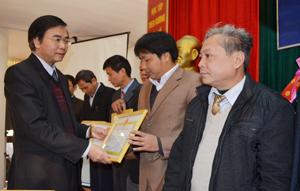 Đồng chí Hoàng Văn Tứ, Giám đốc Sở Nông nghiệp và PTNT tỉnh tặng giấy khen cho các tập thể, cá nhân.