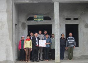 Ông Bùi Văn Din ở xóm Trao 2, xã Phú Cường (Tân Lạc) được dọn về ở trong nhà Mái ấm nông dân trước Tết Nguyên đán Giáp Ngọ.