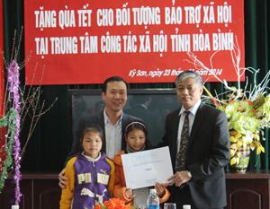 Đồng chí Doãn Mậu Diệp, Thứ trưởng Bộ LĐ-TB&XH trao quà Tết cho Trung tâm Công tác xã hội tỉnh.