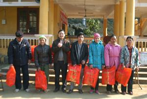 Đồng chí Nguyễn Mạnh Tuấn, Phó Tổng biên tập Báo Hoà Bình tặng quà các hộ nghèo, hộ gia đình chính sách xã Vầy Nưa.