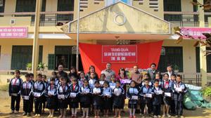 Đại đức Thích Minh Hiếu, Trưởng Ban từ thiện, Hội Phật giáo tỉnh và MTTQ tỉnh, Công ty Việt - Hoa Hà Nội trao quà cho học sinh trường Tiểu học Tiền Phong B (Đà Bắc).