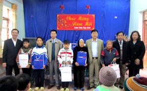Lãnh đạo Sở TT&TT và Chi nhánh Mobifone tại Hòa Bình trao quà cho các đối tượng tại Trung tâm Công tác xã hội tỉnh.