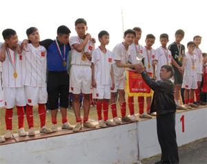 Lãnh đạo Sở GD&ĐT trao cờ và cúp vô địch cho đội nam THCS phòng GD&ĐT TP. Hoà Bình.