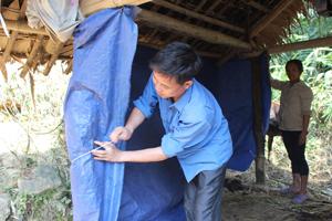 Hộ chăn nuôi xóm Nà Mặn, xã Mường Chiềng (Đà Bắc) che chắn chuồng nuôi gia súc.