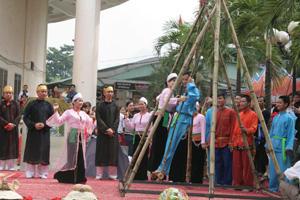 Đôi bạn trẻ tham gia hội đu tại lễ hội đu Vôi.
