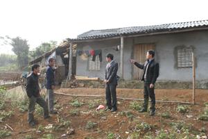 Cán bộ MTTQ xã Xuân Phong (Cao Phong) đến thăm ngôi nhà đại đoàn kết của gia đình anh Bùi Văn Ứng, xóm Nhõi 3.