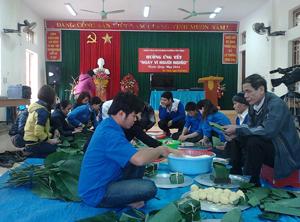 ĐV-TN phường Tân Thịnh gói bánh chưng tặng các hộ gia đình nghèo, cận nghèo trên địa bàn.