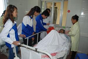 Đoàn tình nguyện trao quà cho các bệnh nhân đang điều trị tại Bệnh viện Đa khoa tỉnh.