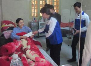 Đoàn tình nguyện tặng quà cho bệnh nhân nghèo đang điều trị tại bệnh viện.