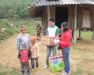 Thực hiện chính sách đảm bảo an sinh xã hội, năm 2013, huyện Yên Thủy đã huy động các tổ chức, cá nhân trợ giúp nhu yếu phẩm cho hộ nghèo trong huyện. Ảnh: Cán bộ Ngân hàng VP Bank Chi nhánh Hòa Bình tặng quà cho các hộ nghèo xã Lạc Sỹ.