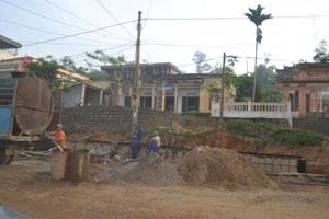 Nhân dân phố Hữu Nghị, thị trấn Vụ Bản (Lạc Sơn) ứng mặt bằng để thi công đường 12B.