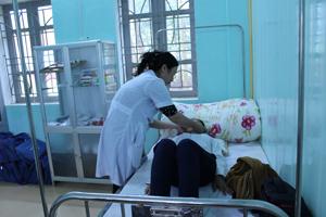 Học sinh trường THCS Hữu Lợi (Yên Thủy) được tư vấn, thăm khám sức khỏe định kỳ trong năm học.