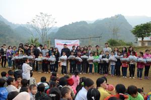 Đại diện CLB Thiền Việt trao quà cho các em học sinh trường tiểu học Tân Dân A, B