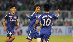Các cầu thủ trẻ của CLB HA.GL vui mừng sau bàn thắng của Tuấn Anh (giữa). (ảnh minh họa)