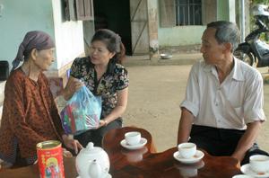 Lãnh đạo Phòng LĐ -TB&XH huyện Kỳ Sơn thăm hỏi, tặng quà  gia đình thương binh Vũ Tuấn Khích, xã Hợp Thành.