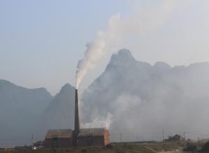 Mặc dù đã có nhiều văn bản chỉ đạo của UBND huyện Lạc Thuỷ nhưng đến đầu tháng 1/2015, lò gạch thủ công ở thôn Vai, xã Thanh Nông vẫn ngang nhiên hoạt động gây bức xúc cho dân cư trên địa bàn.