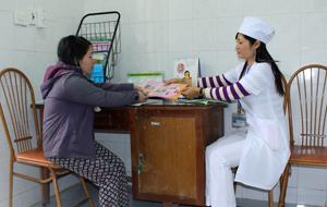 Cán bộ Bệnh viên đa khoa huyện Lương Sơn tư vấn sức khỏe  và xét nhiệm HIV cho phụ nữ trong độ tuổi sinh đẻ.