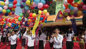 Thanh niên Campuchia thả bóng bay tại lễ mít tinh.