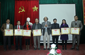 Đại diện lãnh đạo Đài PT&TH tỉnh trao giấy khen cho các tập thể xuất sắc.