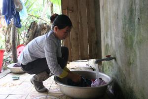 Từ ngày có chương trình nước sạch, vệ sinh môi trường, gia đình chị Xa Thị Đứng ở xóm Mới 2, xã Đồng Chum (Đà Bắc) không phải đi hàng cây số lấy nước.