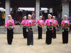 Những năm qua, tỉnh ta luôn coi trọng giữ gìn và phát huy bản sắc văn hóa dân tộc Mường. Ảnh: Đội văn nghệ quần chúng của tỉnh tham gia biểu diễn nghệ thuật tại Làng văn hóa các  dân tộc Việt Nam trong dịp Tết Dương lịch năm 2015.  Ảnh:P.V