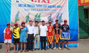 Đội tuyển việt dã trường THPT Lũng Vân với niềm vui sau khi kết thúc các nội dung thi đấu.