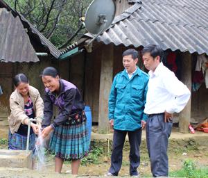 Người dân xóm Pà Cò Con vui đón công trình nước sạch cung cấp về tận hộ gia đình.