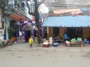 Phông rạp, khu hậu cần lấn chiếm hết đường giao thông, vỉa hè. ảnh được chụp tại đường Huỳnh Thúc Kháng, phường Phương Lâm (TPHB) lúc 14 h15', ngày 8/1/2015.
