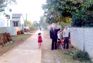 Gia đình đảng viên Bùi Ngọc Được, xã Đông Lai tự nguyện hiến đất mở rộng đường giao thông và vận động nhiều hộ khác làm theo.
