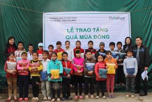 Niềm vui của trẻ em xã Hợp Đồng khi nhận được áo nỉ ấm từ tổ chức ChildFund tại Việt Nam.