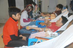 Các học sinh của trường Trung cấp Y tế Hòa Bình tham gia hiến máu.