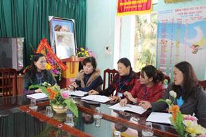 Cô giáo Quản Mai Thanh (ngoài cùng bên trái) lắng nghe ý kiến, đóng góp của cán bộ, giáo viên nhà trường trong chăm sóc giáo dục trẻ.