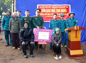 Đại diện đoàn công tác Bộ Tổng tham mưu QĐND Việt Nam trao tặng nhà tình nghĩa cho gia đình liệt sỹ Xa Văn Lực tại xóm Mọc, xã Đồng Nghê.