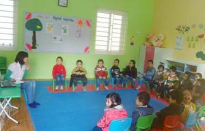 Cô và trò trường mầm non Hoa Anh Đào (khu 3,  thị trấn  Mường Khến,  huyện Tân Lạc) trong giờ học trực quan.