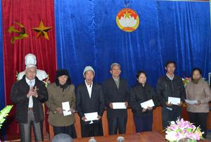 Lãnh đạo Ủy ban MTTQ tỉnh tặng quà cho các hộ nghèo xã Pà Cò nhân dịp tết cổ truyền đồng bào dân tộc Mông.