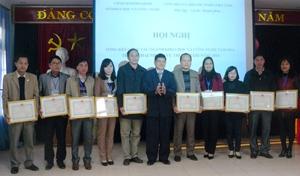 Lãnh đạo Sở KH&CN tặng giấy khen cho các tập thể lao động tiên tiến.