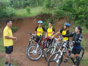 HLV Trần Đại Nghĩa (trái) và các VĐV xe đạp địa hình trong một buổi tập tại đồi ông Tượng (TP Hoà Bình).