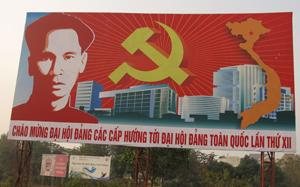 Một trong những tấm pa nô tại khu vực đầu đường Trần Hưng Đạo được thay mới phục vụ thông tin, tuyên truyền các nhiệm vụ chính trị của thành phố Hòa Bình và của tỉnh.