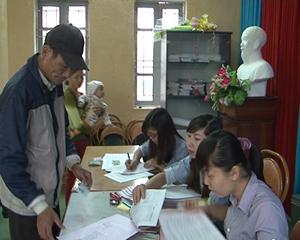 Người dân xã Bắc Phong (Cao Phong) được nhận giấy chứng nhận  quyền sử dụng đất ngay tại cơ sở.