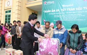 Đoàn thanh niên Ngân hàng VPBank cùng các đơn vị đồng hành tặng quà cho hộ dân xã Hang Kia, Pà Cò (Mai Châu).