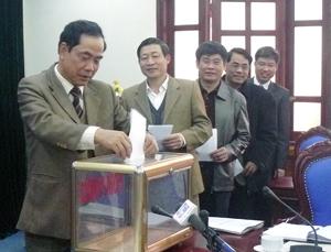Đồng chí Nguyễn Văn Quang, Chủ tịch UBND tỉnh và các đồng chí trong BCĐ 800 tỉnh bỏ phiếu đề nghị công nhận xã Dũng Phong đạt chuẩn NTM.